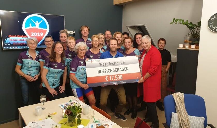Voorzitter Bettina dankt Captain Martijn Berkhout en zijn team en de Mont Ventroela's voor dit schitterende bedrag.