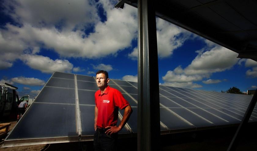 Pip Tesselaar bij de zonthermische panelen