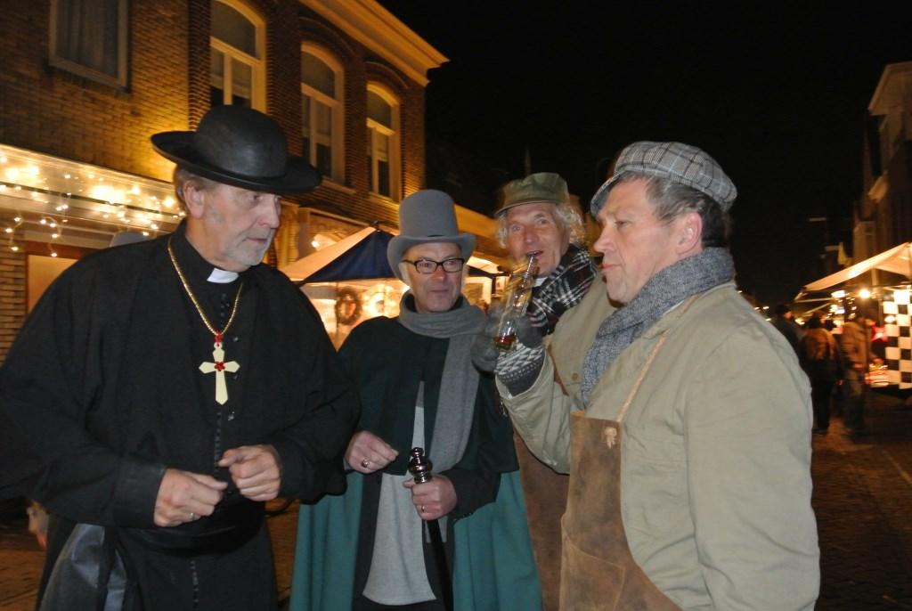 Bezoekers komen veel figuranten tegen tijdens Dickensdag op vrijdag 13 december. Fotografie-RG © rodi
