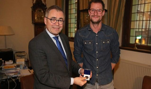 Steffan Groenendijk krijgt de medaille van burgemeester Wienen.
