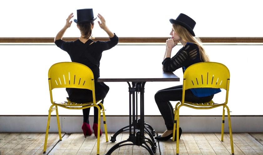 Beth en Flo geven een theatraal pianorecital in de Hippolytuskerk.