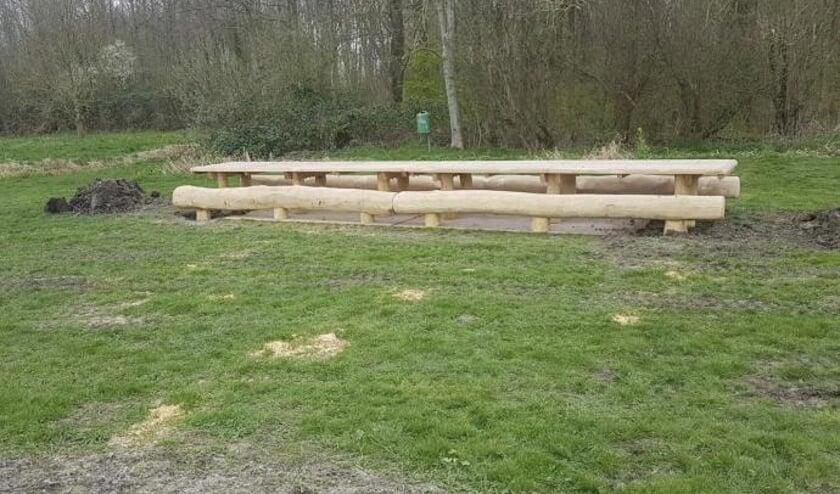 De oude picknickbanken hebben plaats gemaakt voor nieuwe.