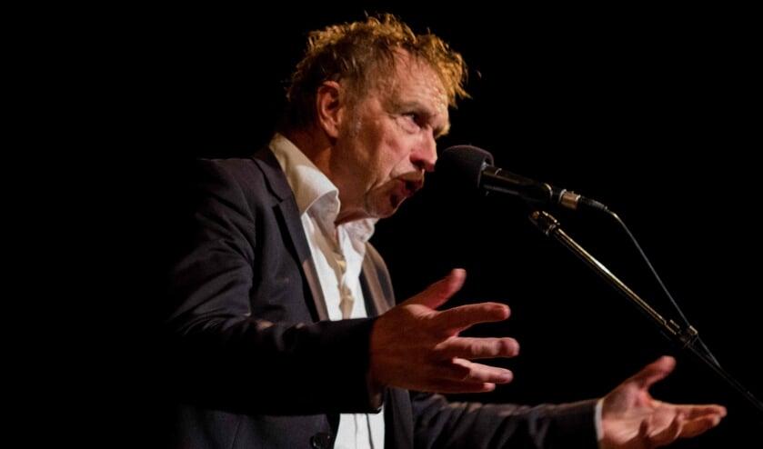 Alex Roeka zingt zijn repertoire in de theaterkerk in Wadway.