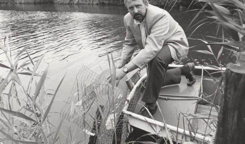Sectiehoofd ongediertebestrijder Jan Selderbeek hield in 1992 een rattenkooi vast.