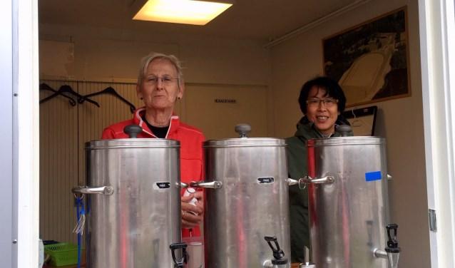 Vrijwilligers AC Waterland met warme thee bij de finish.