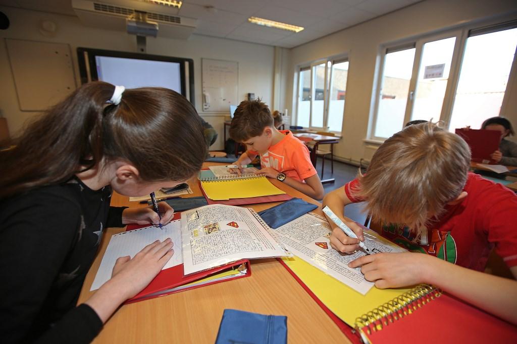 Merlijn (met oranje T-shirt) met zijn tafelgroepje.  (Foto: Rowin van Diest) © rodi