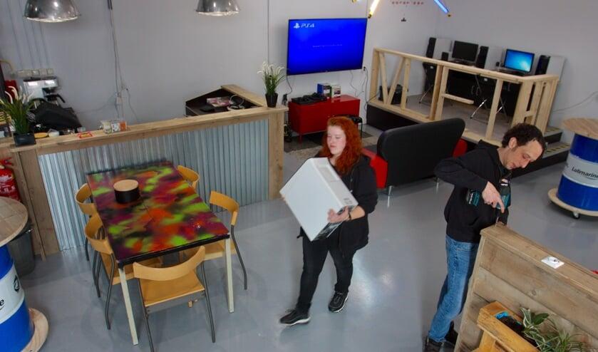 Jongerenwerkers Nikkie Siersma en Bas Ouwens van MEE & de Wering in de vernieuwde Hang out van Vliet 60.