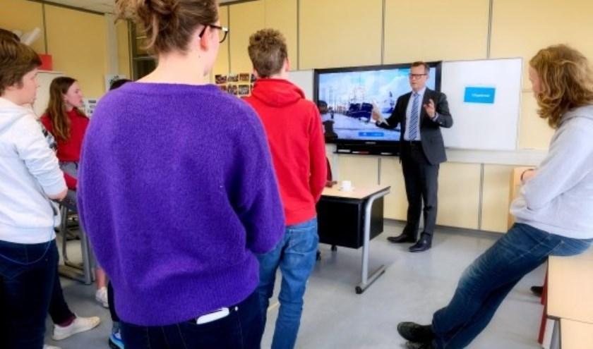 Commissaris Van Dijk start scholenprogramma provincie.