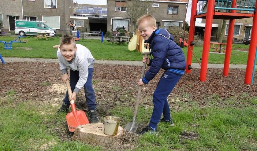 Jonge vrijwilligers aan het werk in de speeltuin
