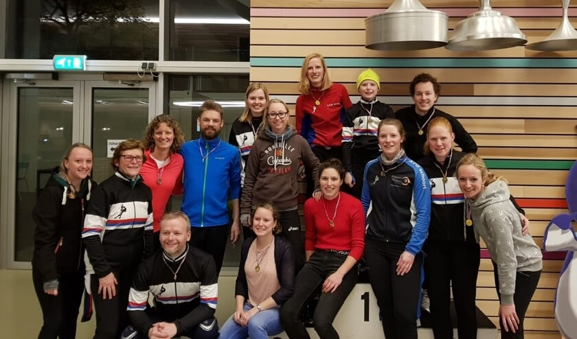 De Comeback club-schaatsers met een aantal leden van Sportclub Chronos