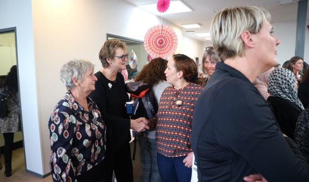 Wethouder Marie-Thérèse Meijs (midden) in gesprek met vrouwen tijdens de bijeenkomst Internationale Vrouwendag.