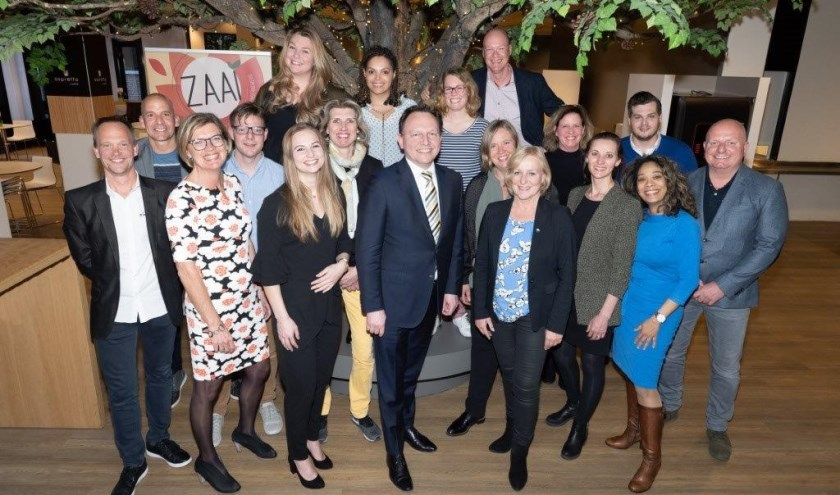Wethouder Ap Reinders met de deelnemers aan ZAAI 2018-19 en medewerkers van ZAAI Haarlemmermeer en Rabobank Schipholregio.