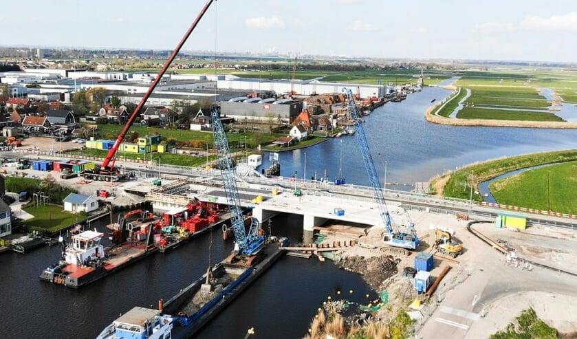 Het brugdek van de Amaliabrug in Westknollendam is geplaatst