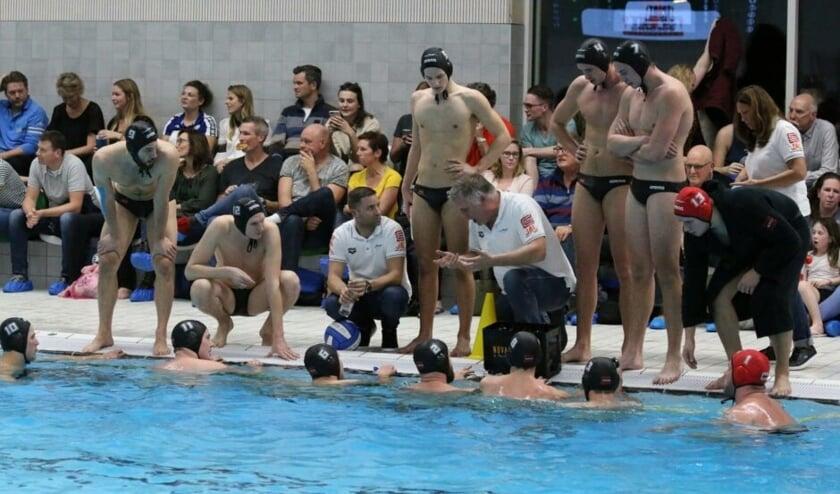 Trainer Johan Aantjes (m) in actie.