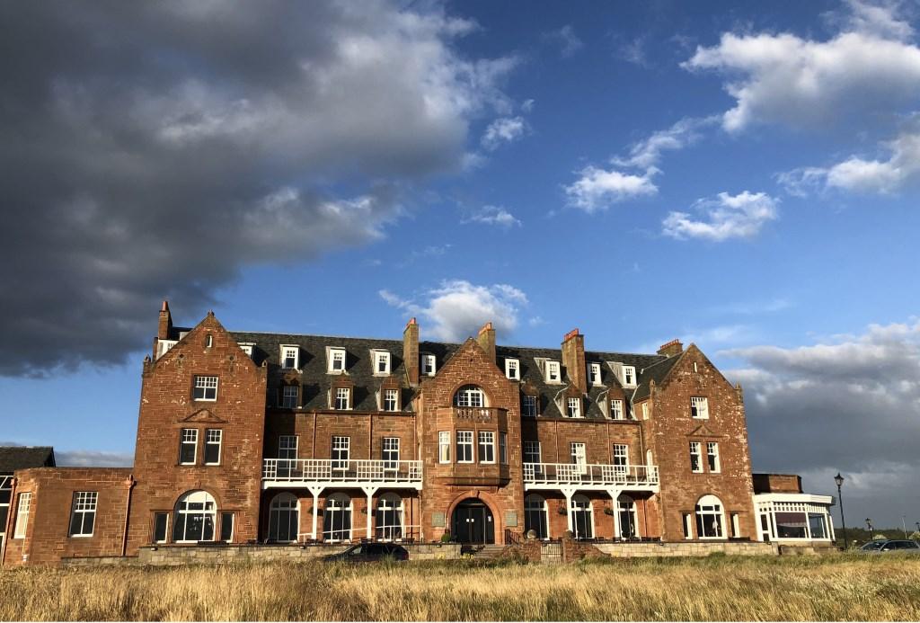 Het Troon Marine Hotel, pal aan de achttiende fairway van Royal Troon. (Foto: Eric Korver) © rodi