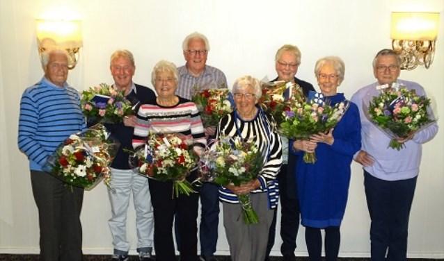 De jubilarissen kregen bloemen van de unie van Vrijwilligers.