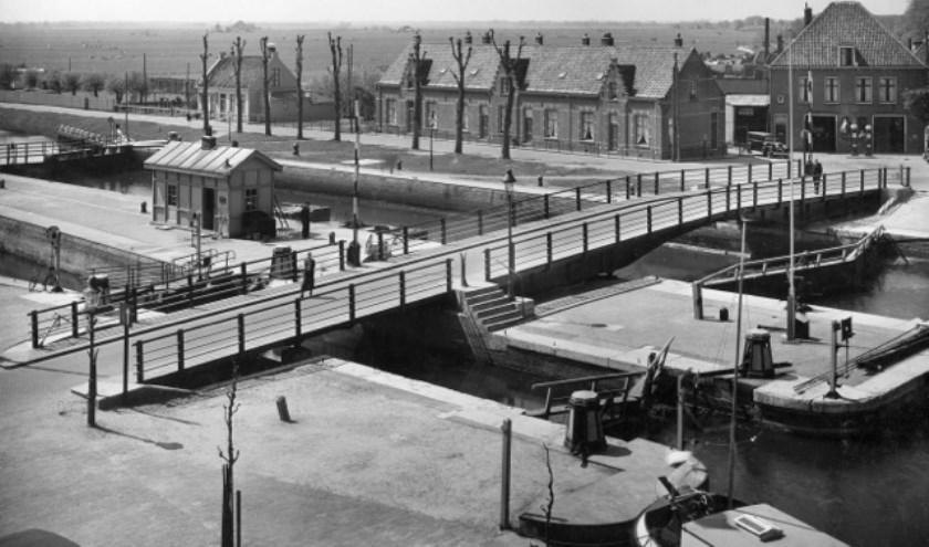 De oude sluisbrug met aan de overkant het huidige VHP-huis, eerste huis rechts.