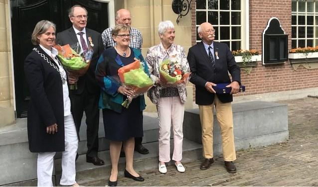 Op de foto de burgemeester met de 'decorandi', van links naar rechts: Herman Diederik, Clara Wittop Koning, Guus Compier, Miep Overing-Bilsen en Dirk Jan Huizinga.
