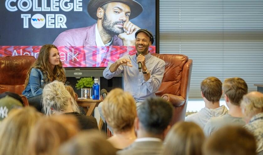 Singer-songwriter Alain Clark geeft antwoord op een vraag van een van de scholieren van het Horizon College.
