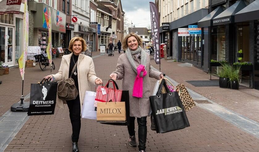 Karin Dompeling en Marianne Bresijn zijn al weken in touw om bij alle ondernemers cadeaus los te peuteren voor het evenement Mode & Meer. Met succes!