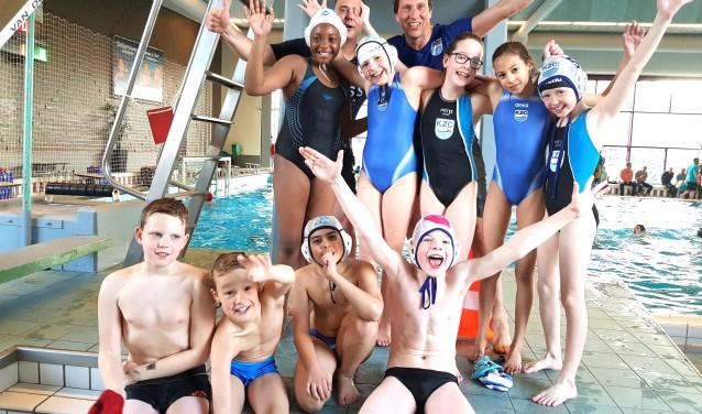 Op de foto staand vlnr: Naomi, Isa, Anne, Amara, Yala en (hulp)coach Simon en Sebastiaan. Zittend vlnr: Rens, Rowé, Radan en Bram. Zias ontbreekt op de foto.