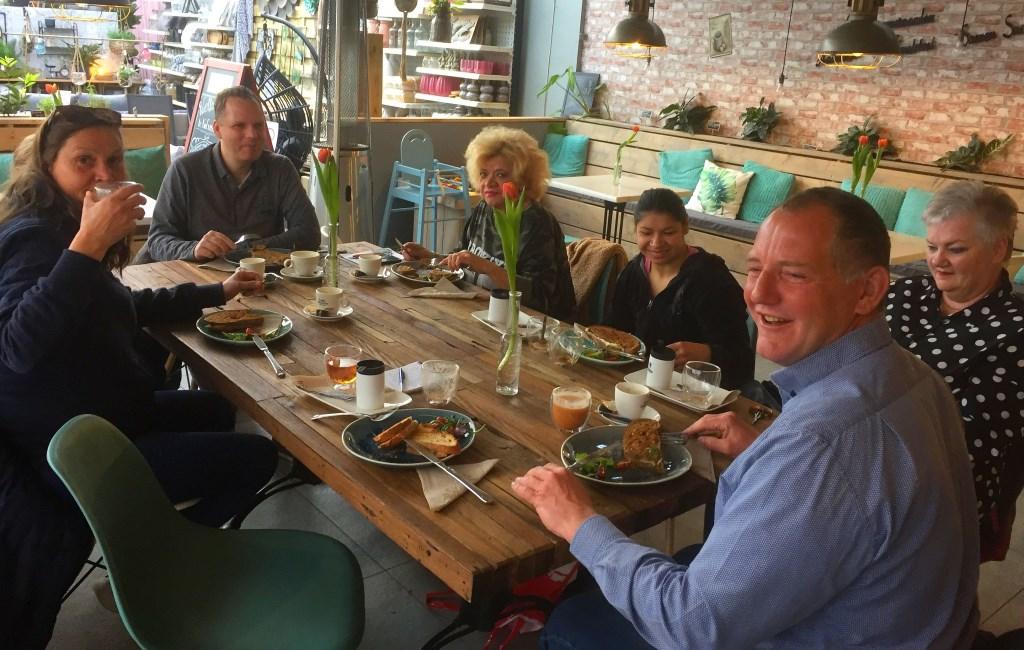 De wandelclub begint elke maand met een gezamenlijk ontbijt. Op de voorgrond Maikel Koehof. (Foto: Anke Steffers) © rodi