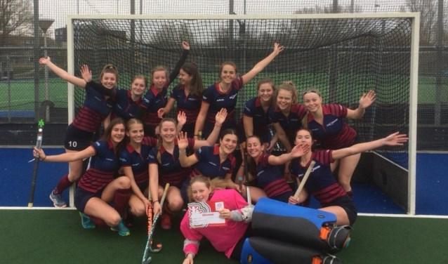 De hockeymeiden van het Kennemer College winnen al hun wedstrijden en plaatsen zich voor de landelijke finale.