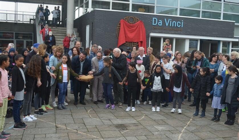 Iedereen hand in hand bij de opening van Da Vinci.