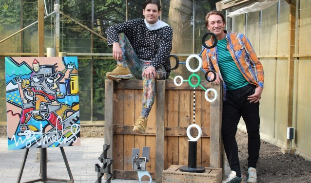 Roy Valentijn (l) en Martijn Schoemaker (D'Arti) laten hun kunstwerken zien in de kas aan de Beatrixstraat in Zwaag.