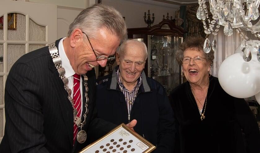 De burgemeester was wat blij met het 'schilderij' van centen vanaf 1948.