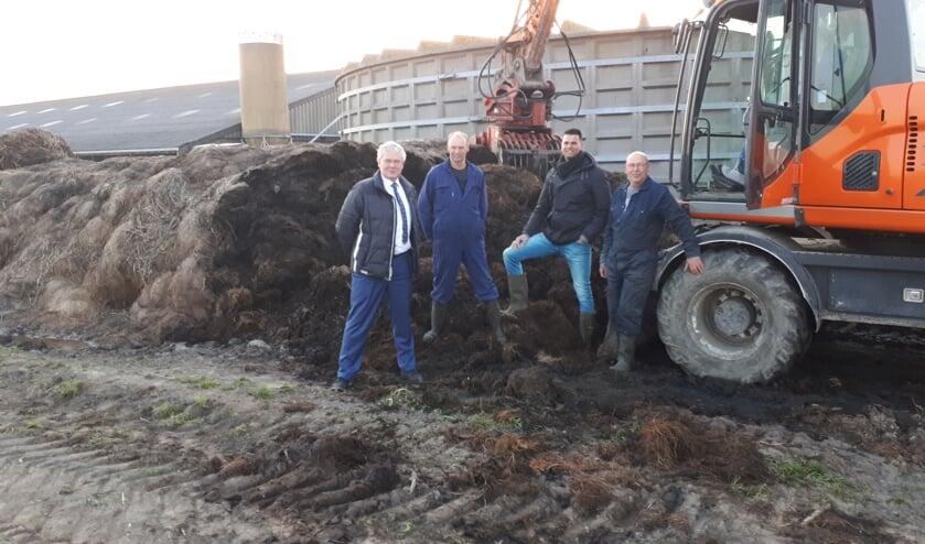 Wethouder Jan Houtenbos (links) op bezoek bij veehouder Nico van Assem in Burgerbrug. Hier is de eerste Bokashi geoogst en meteen verwerkt.