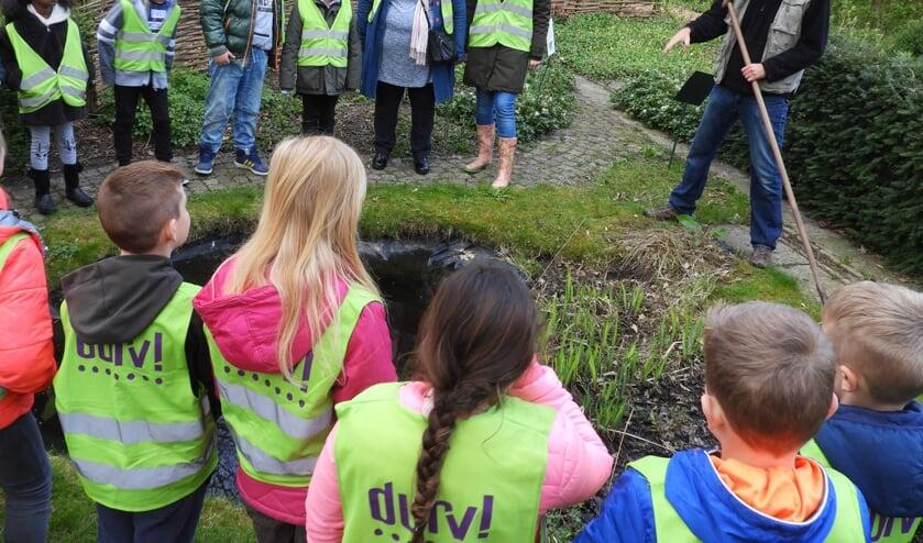 Groep 5 van DURV! school Tochtwaard krijgt een rondleiding door de wijktuin aan de Rekerdijk