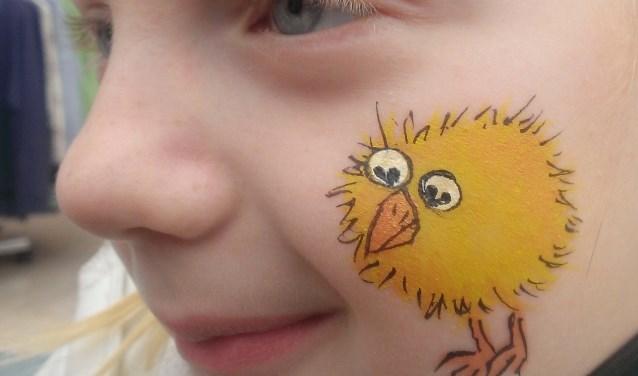 Kinderen kunnen een kuiken laten aanbrengen op het gezicht op 20 april op het Europaplein.