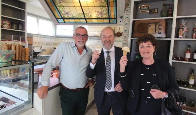 De burgemeesters Blase (midden) en Kompier lieten hun ijsje prima smaken.