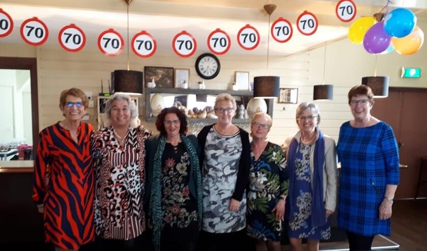 Jubilerend bestuur: v.l.nr.: Loes Munster, Carla Wassenaar, Kathy Schuitemaker, Lida Oudhuis, Tiny Oudhuis, Greet Jonker en Ria Koper.