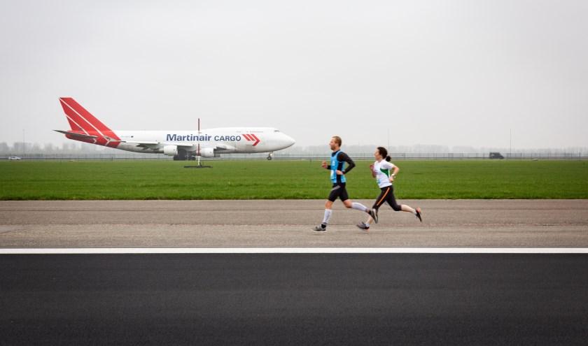 Renners lopen voor de Schipholfonds Run een parcours over de, voor vliegverkeer afgesloten, Zwanenburgbaan.