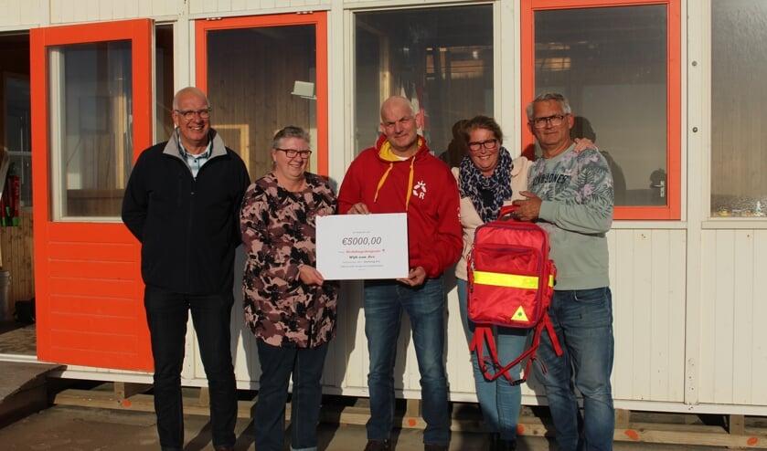WRB-voorzitter Schellevis is blij met de donatie.