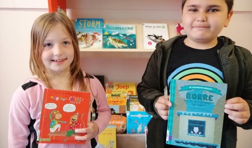 De schoolbiebpas is binnen en daarmee tevens het eerste geleende boek van de nieuwe schoolbibliotheek.