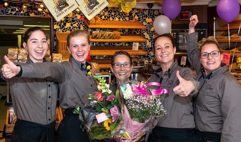 Marijke (met bloemen) temidden van collega's aan Padjedijk.