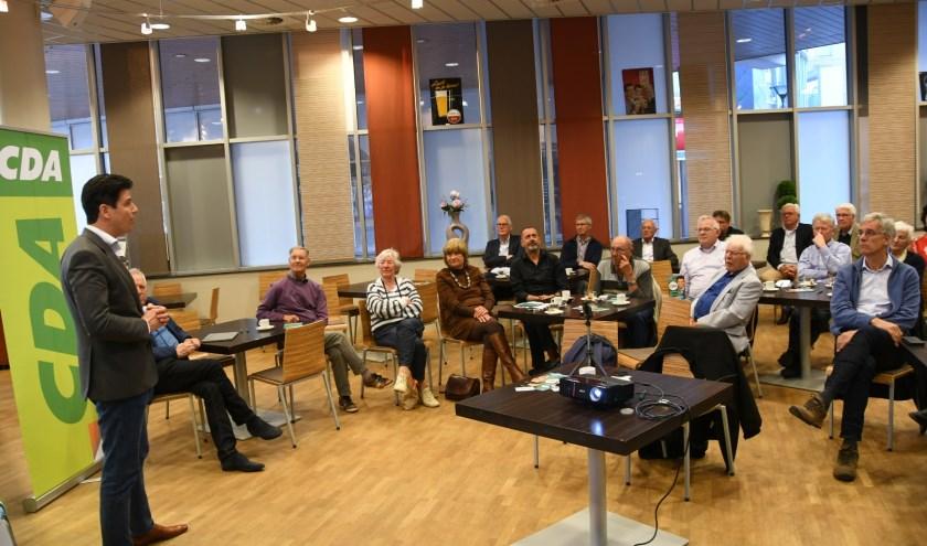 Daan Versteeg in gesprek met leden van CDA-Heemskerk en CDA-Beverwijk.