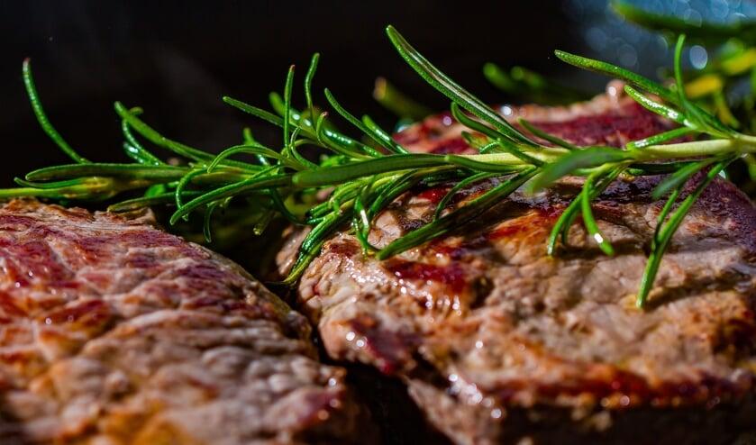 Barry bereidt een heerlijk stukje vlees op de keramische barbecue.
