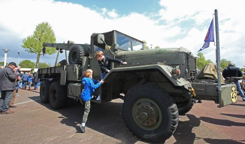 De oude militaire voertuigen die meerijden in de colonne zijn op het Harmonieplein van dichtbij te bekijken.
