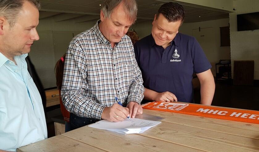 De heren Kramer, In 't Veld en Bakker (vlnr) ondertekenen de nieuwe sponsorovereenkomst.