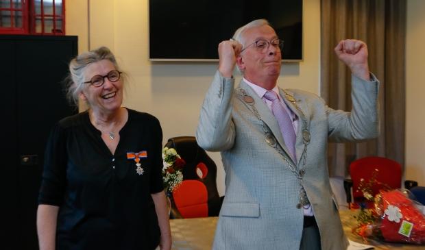 <p>Burgemeester Nijpels houdt wel van een lolletje. Dat ondervond Tanja Nansink.</p>