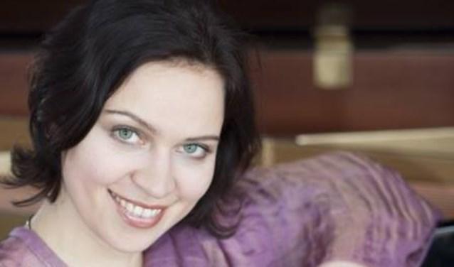 De samenzang wordt begeleid door Zana Naidionova.