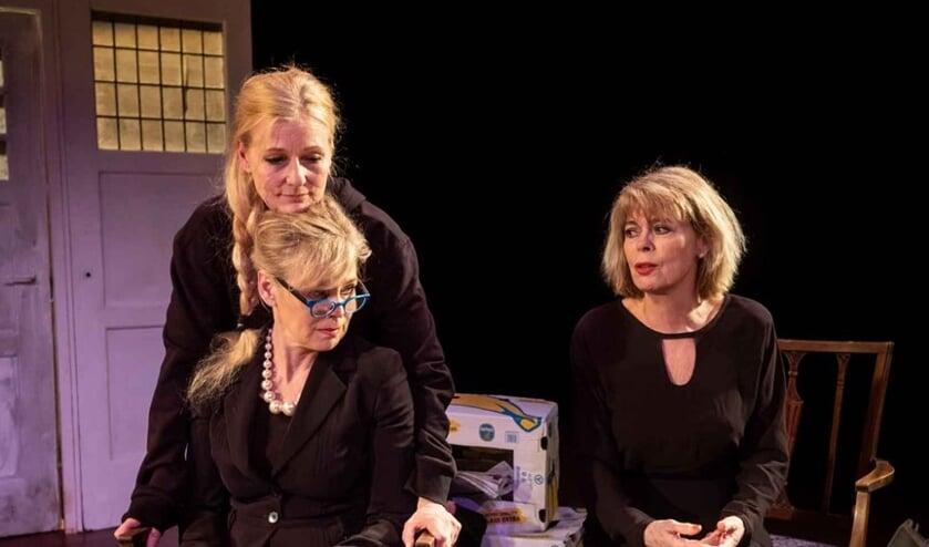 Actrices Lieneke le Roux, Wivineke van Groninge en Margot Dames in 'Je kunt op me rekenen'.