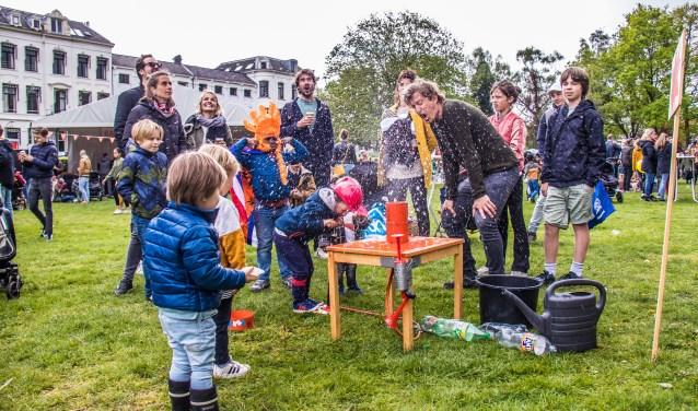 Werd je niet nat van de regen dan werd je het wel van dit experiment. Het Kenaupark werd druk bezocht door vele gezinnen.
