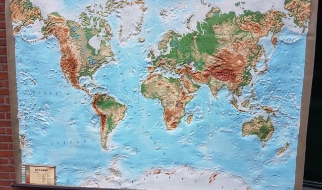 Op de Lente Markt is er van alles te verkrijgen: boeken, brocante, curiosa, wereldkaarten, etc.