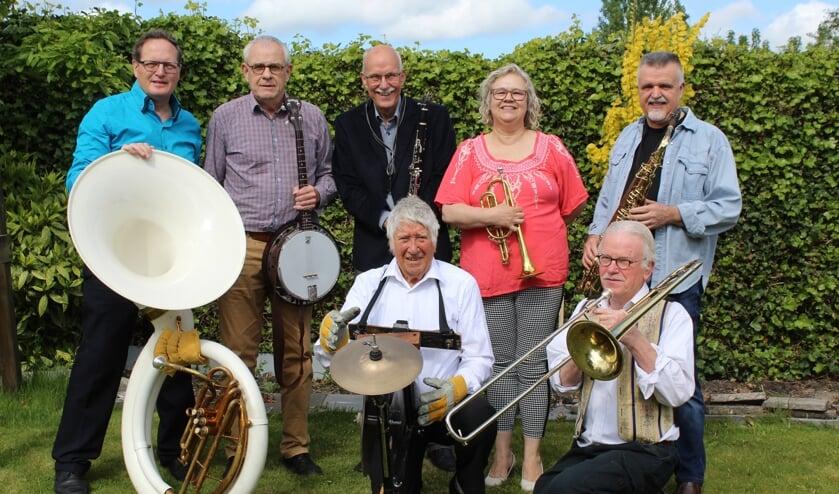 De Jan Rovers Jazz band speelt elke vrijdagochtend live in Jans huiskamer.