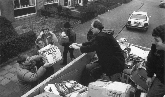 Vrijwilligers van de Zeemeeuw halen papier op in 1992.